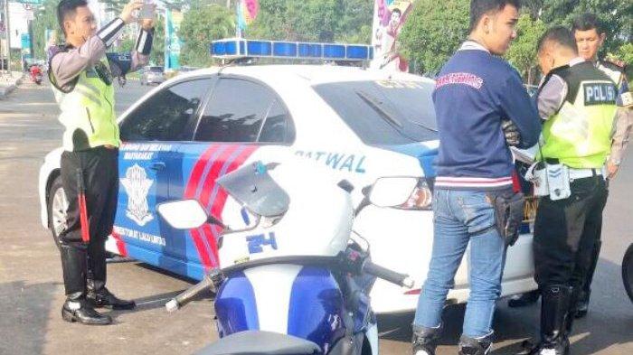 Petugas Polri melakukan penindakan terhadap para pemotor yang melakukan ajang balap liar di Jalan Asia Afrika, Senayan, yang merupakan sarana jalan umum.