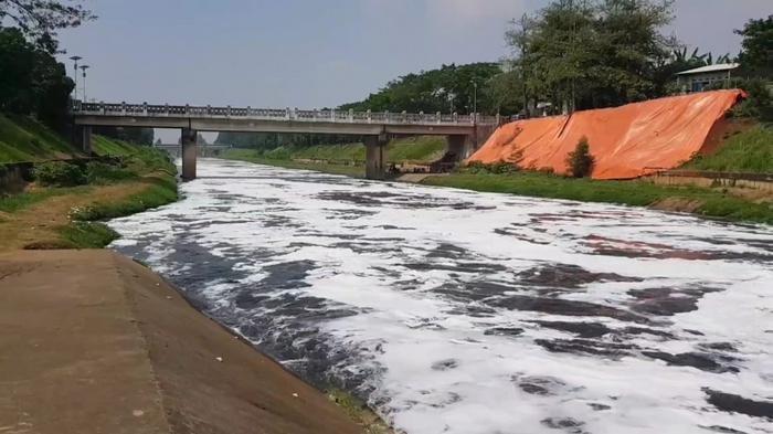 Pemkot Jakarta Timur Selidiki Penyebab Limbah Busa di Kanal Banjir Timur