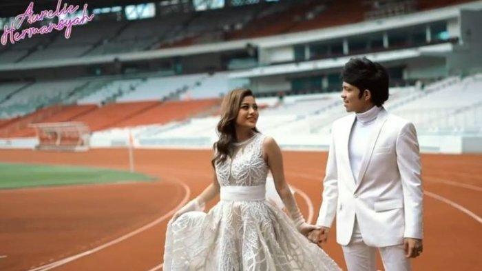 Aurel Hermansyah dan Atta Halilintar saat foto prawedding di Stadion Utama Gelora Bung Karno, Senayan, Jakarta Pusat. Mereka akan menikah Sabtu (3/4/2021).