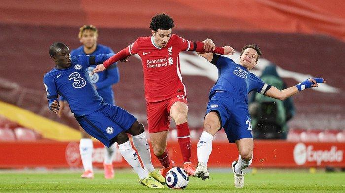 Pemain tengah Liverpool Curtis Jones (tengah) diadang N'Golo Kante (kiri) dan kapten tim Chelsea Cesar Azpilicueta pada laga yang berakhir 1-0 untuk kemenangan Chelsea di Anfield Stadium