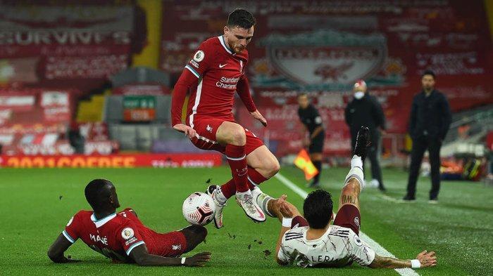 Pemain Liverpool berebut bola dengan pemain Arsenal di pertandingan pekan pertama Liga Inggris
