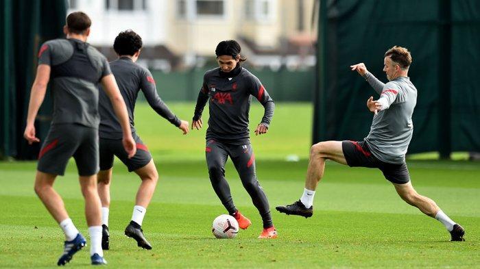 Para pemain Liverpool sedang berlatih jelang laga melawan Everton