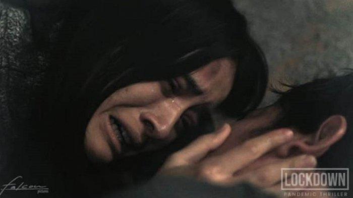 Cuplikan adegan film Lockdown yang dimainkan Mawar De Jongh. Aktris Mawar de Jongh beradu akting dengan Vino G Bastian dalam film Lockdown.
