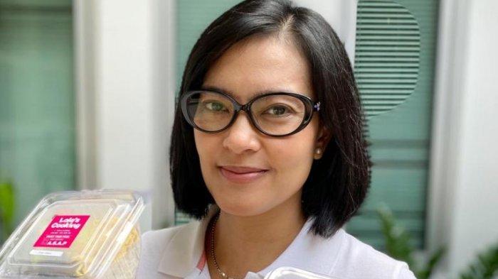 Lola Amaria memamerkan masakannya, Kamis (18/6/2020). Pemain film, sutradara dan produser film tersebut mengelola, memasak dan menjual Paket Nasi Cimet Lolas Cooking yang menjadi bisnis barunya setelah menghentikan syuting film sementara waktu akibat wabah virus corona.