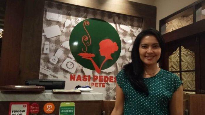 Bintang film dan sutradara Lola Amaria ketika berada di Restoran Nasi Pedes, Jalan Cipete Raya, Cilandak, Jakarta Selatan. Selain berkarya di industri film, Lola juga mengelola restoran masakan Indonesia itu sejak 2016.