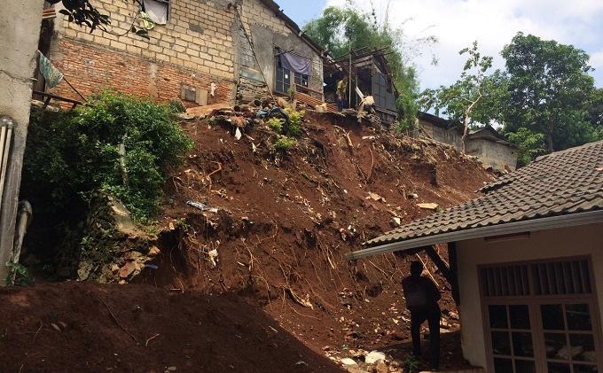 Warga Depok Mau Dioperasi Terpaksa Dievakuasi Akibat Tebingan Kali Kupet Longsor