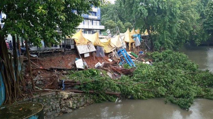 Akibat Hujan Deras, Tanah di Wisata Kuliner Marga Jaya, Bekasi Longsor, 3 Pohon dan 6 Warung Roboh