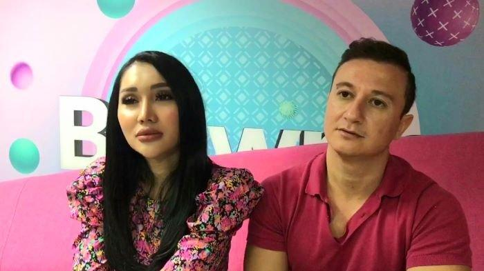 Lucinta Luna bersama Idris di kawasan Mampang Prapatan, Jakarta Selatan, Jumat (18/6/2021). Idris adalah pacar baru Lucinta Luna setelah putus dari Abash.