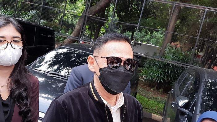 Pemain sinetron Lucky Alamsyah memenuhi panggilan penyidik Polda Metro Jaya, Kamis (17/6/2021) siang. Pemeriksaan Lucky Alamsyah dilakukan setelah ada laporan Roy Suryo terkait dugaan pencemaran nama baik dan fitnah pada 24 Mei 2021.