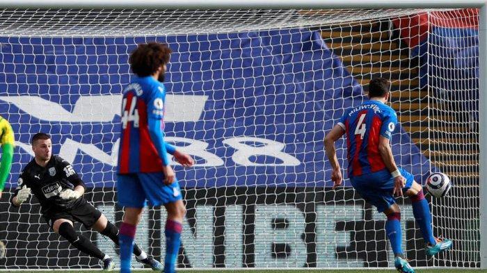 Kapten tim Crystal Palace Luka Milivojevic mencetak gol dari titik penalti pada menit ke-37 untuk membawa Crystal Palace unggul 1-0 atas WBA