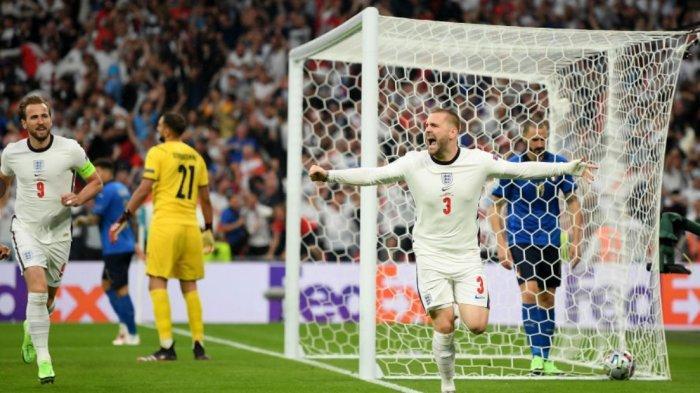 Pemain timnas Inggris Luke Shaw merayakan gol ke gawang timnas Italia ketika babak final Euro 2020 baru berjalan dua menit.  Tampak kapten Harry Kane ikut berlari merayakannya.