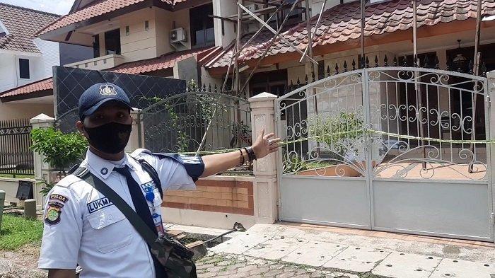 Lukman, sekuriti Giri Loka 2 BSD Serpong, menunjukan lokasi kediaman pasutri WNA dan WNI yang ditemukan tewas.