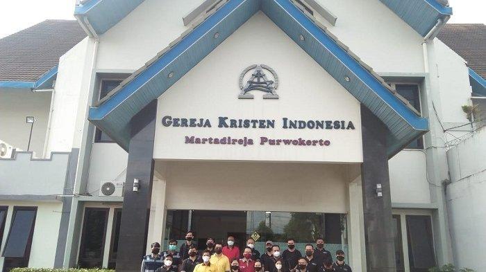 Memeringati ulang tahun pertamanya, para karyawan Luminor Hotel Purwokerto mengadakan kegiatan membersihkan tempat tempat ibadah