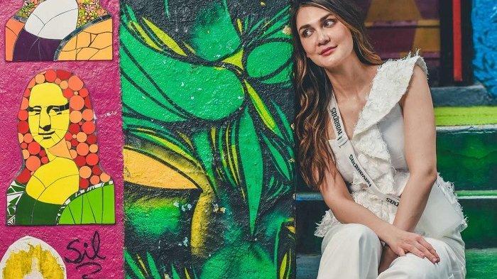 Contek Gaya Luna Maya saat Traveling ke Brasil Pakai Sandal Jepit