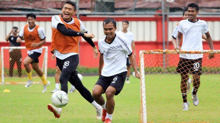 Fatchurohman saat berlatih dengan rekan setimnya di Bhayangkara FC sebelum PSBB Jakarta di berlakukan