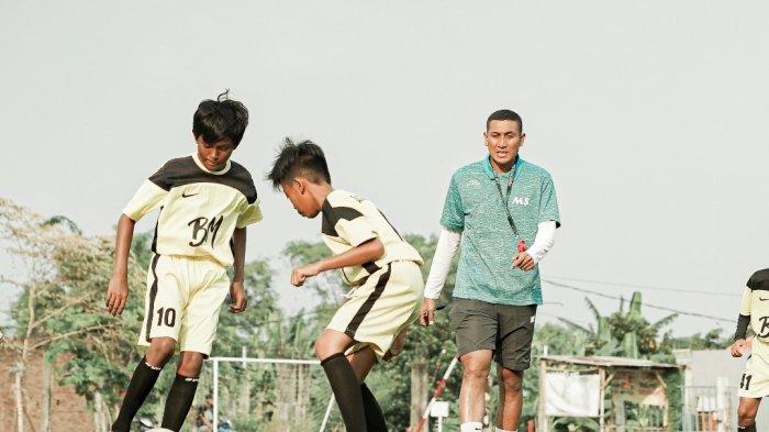 Isi Kevakuman Kompetisi Liga 1 2020, Bek Persebaya M Syaifuddin Latih SSB Aston Villa