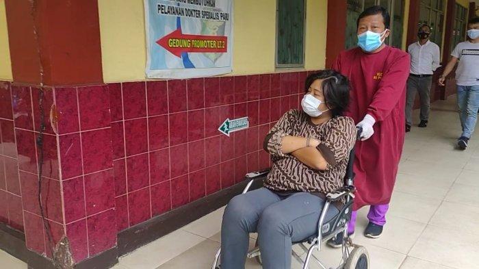 MA (21)   tersangka kasus asusila di Halte Senen dibawa ke RS Polri Kramat Jati untuk menjalani pemeriksaan kejiwaan. Selasa (26/1).