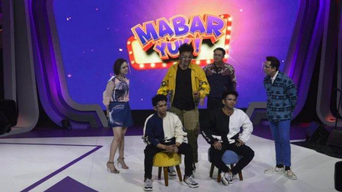 Presenter Gilang Dirga, Andhika Pratama dan Uus, serta Amanda Manoppo ketika memandu program Mabar Yuk. Variety Show Mabar Yuk kembali hadir pada Kamis-Jumat (24-25/9/2020) pukul 18.30 WIB di NET.