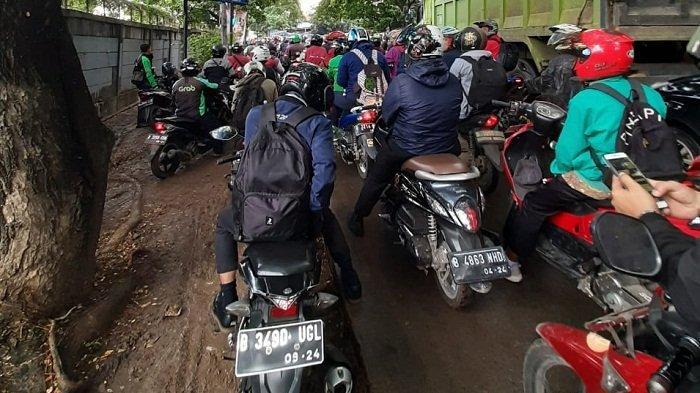 Macet Menggila Pengendara Hingga Pengin Terbang Bila Melintas di Stasiun Poris Tangerang