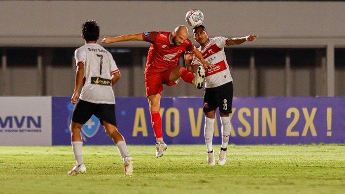 Anco Jansen striker PSM Makassar berebut bola diudara dengan bek Madura United Jaimerson Xavier