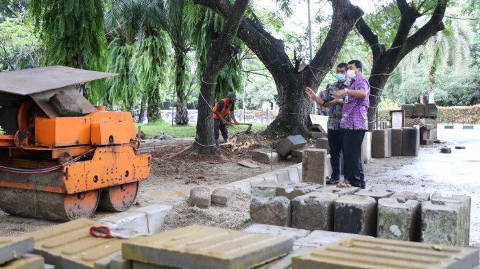 Sekertatis Daerah Kabupaten Tangerang Maesyal Rasyid tinjau langsung pelaksanaan pembangunan drainase air dan pedestrian di Jalan Somawinata kawasan Pusat Pemerintahan Kabupaten Tangerang, Kamis (4/12/2020).