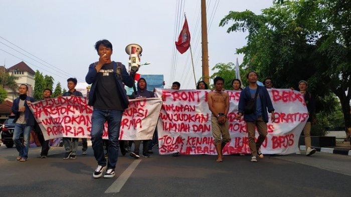 Bubar dengan tertib setelah dua jam berunjuk rasa di depan gedung DPRD Kota Bekasi, Front Mahasiswa Bekasi melakukan longmarch menuju kampus mereka dengan memakan satu jalur Jalan Chairil Anwar, Senin (28/10/2019).