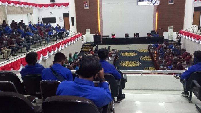 VIDEO Mahasiswa Gelar Sidang Rakyat di Gedung DPRD Karawang Membahas UU Omnibus Law