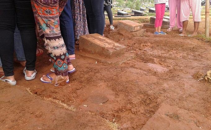 Makam yang berada di sekeliling kuburan Olga Syahputra di TPU Malaka, Duren Sawit, Jakarta Timur, tampak rusak akibat diinjak-injak warga, Rabu (1/4/2015). Pengelola makam menunggu saat yang tepat untuk melakukan perbaikan.