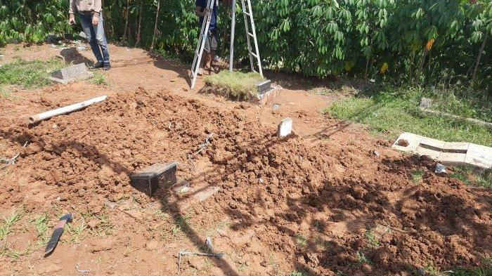 Makam korban rudapaksa yang digilir oleh sekolompok pemuda Desa Cihuni, Pagedangan, Kabupaten Tangerang.