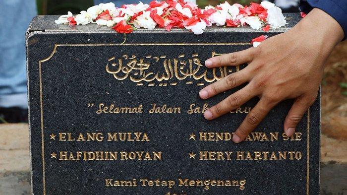 FOTO : 21 Tahun Berlalu, Mahasiswa Trisakti Berziarah di Makam Pejuang Reformasi 1998