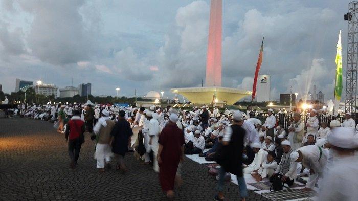 Titiek Soeharto Hadiri Malam Munajat 212, Lakukan Salat Magrib di Kawasan Monas