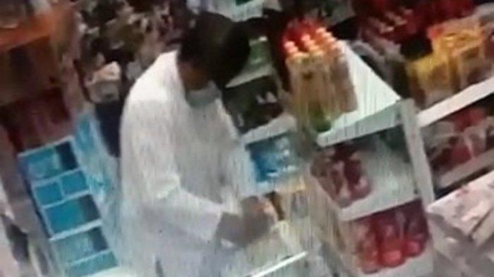 TEREKAM CCTV Mengaku Panitia dan Berpenampilan Santun, Maling Kotak Amal Beraksi di Mini Market
