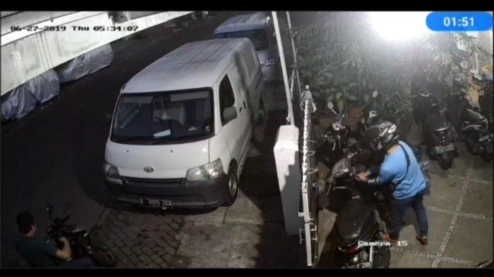 VIDEO: Maling Motor Beraksi di Kos Kosan Johar Baru Terekam CCTV