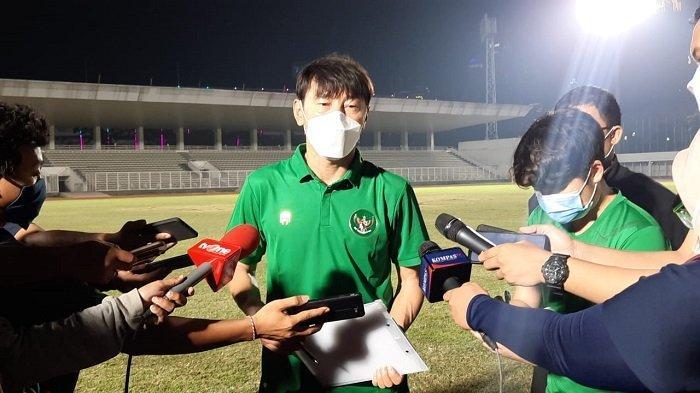 Manajer pelatih Timnas Indonesia, Shin Tae-yong saat diwawancarai terkait persiapan TImnas Indonesia jelang berlaga di tiga laga sisa Kualifikasi Piala Dunia 2022 Zona Asia Grup G di Stadion Madya, Senayan, Jakarta, Selasa (11/5/2021).