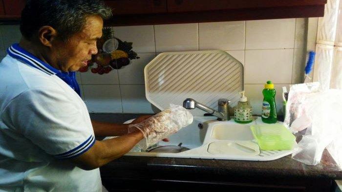 Pilah Sampah Residu, Mantan Wali Kota Depok Cuci Sampah Plastik Hingga Bersih