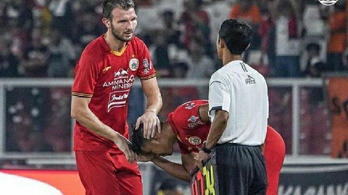 Bek Persija Jakarta, Marco Motta saat mendapatkan penghormatan dari Resky Fandi di Stadion Utama Gelora Bung Karno, Jakarta Selatan.