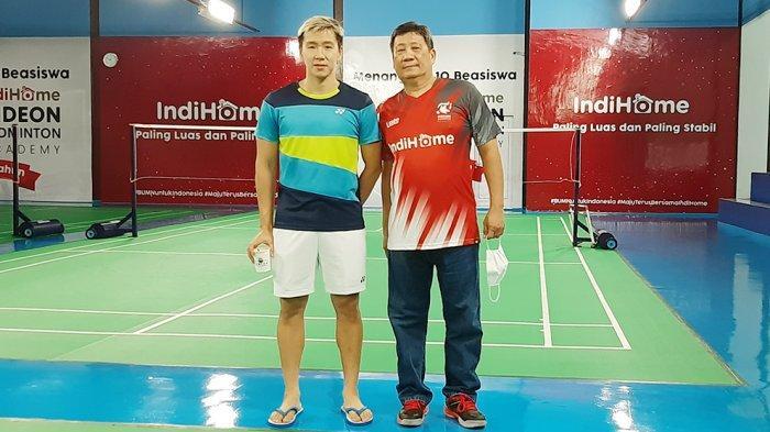 Kurniahu (kanan) mantan pebulutangkis dan sekarang pelatih yang juga Ayah dari Marcus Fernaldi Gideon merasa kecewa dengan keputusan BWF meminta paksa tim bulu tangkis Indonesia mundur dari All England 2021