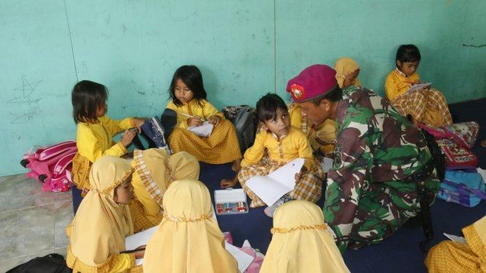 Peduli Pendidikan, Marinir Bantu Mengajar di Lombok