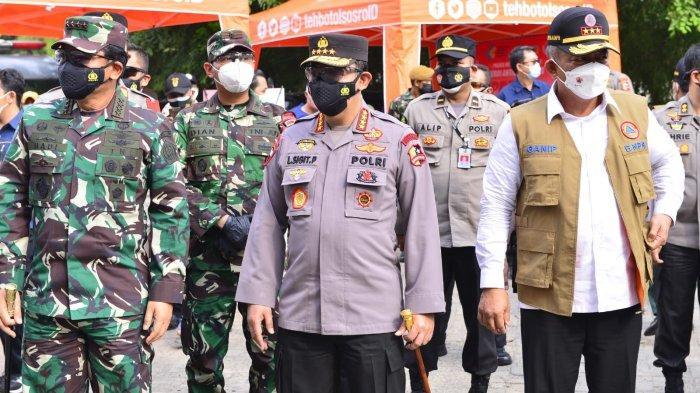 Salurkan Bansos, Panglima TNI & Kapolri Turut Sosialisasikan Vaksin Keliling Kepada Masyarakat