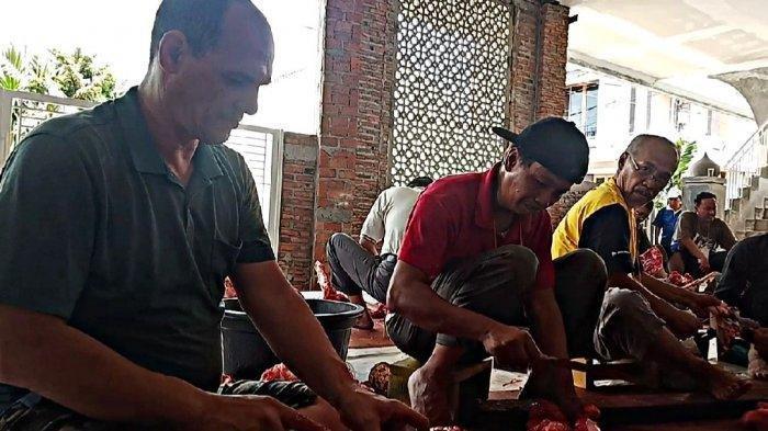 WNA Mualaf Asal Kanada, Martin Pistagnesi Ikut Potong Daging Kurban dan Dibagikan ke Warga di Depok