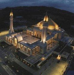 Bangunan masjid megah berdiri di Jalan Kodeco KM 2,5 Desa Gunung Antasari, Kecamatan Simpang Empat Kabupaten Tanah Bumbu. Orang-orang menyebutnya Masjid Al-Falah, Batulicin, diambil dari nama pusat kota Tanah Bumbu. Masjid warna putih bernuansa emas di beberapa sisinya itu berarsitektur Timur Tengah berpadu dengan ornamen khas Kalimantan Selatan.