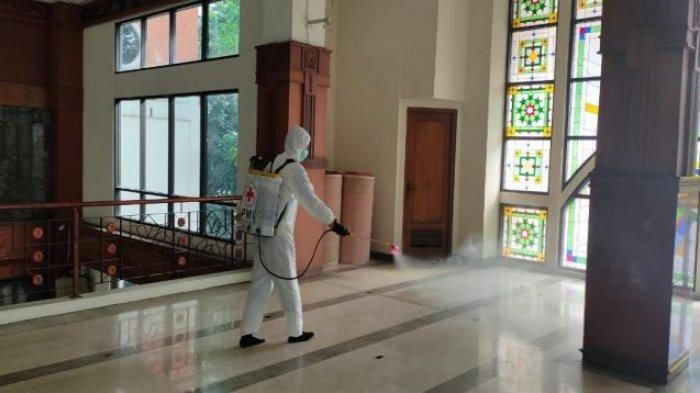 Untuk Kali Keempat Masjid Baitul Kamal di Balai Kota Depok Disemprot Disinfektan oleh PMI