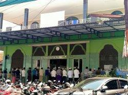 Masjid di Tangsel Gelar Solat Jumat, Ada Jemaah yang tak Memakai Masker saat Penerapan PPKM Level 4