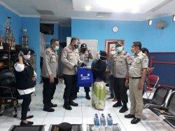 Polda Metro Jaya Sebar Masker untuk Menanggulangi 25 Warga Palmerah yang Terpapar Covid-19