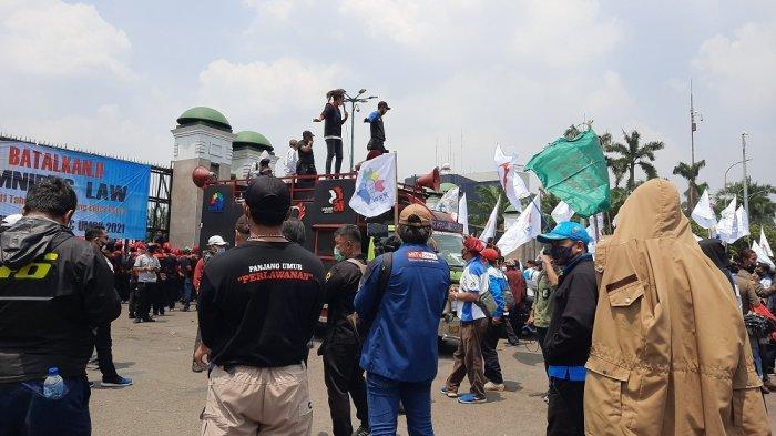 Massa buruh orasi tolak UU Cipta Kerja yang dianggap merugikan buruh di depan Gedung DPR RI Senayan, Tanah Abang, Jakarta Pusat, Senin (9/11/2020)