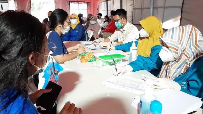 Masyarakat sedang mendaftarkan diri untuk dapat mengikuti tes swab massal di RLC Kota Tangsel.