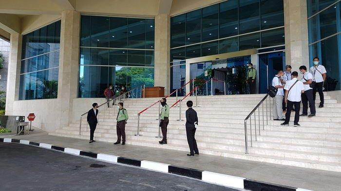 MASYARAKAT dan Para Pendukung Kandidat Cawagub DKI Dilarang Masuk Paripurna Pemilihan