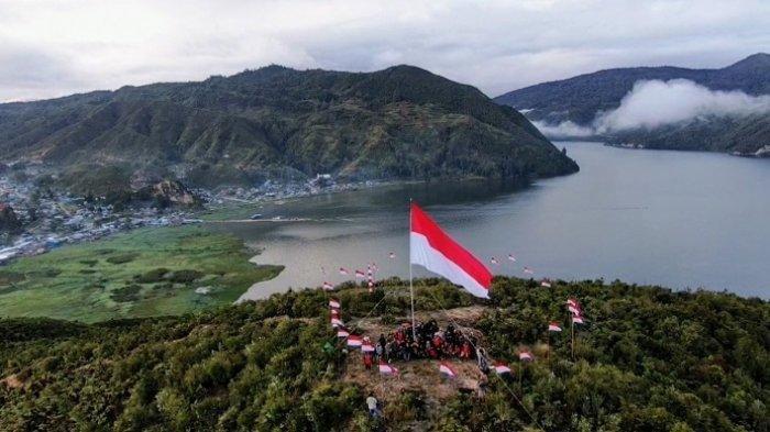 Gelorakan Semangat NKRI, Warga Paniai Papua Kibarkan Bendera Merah Putih Raksasa di Puncak Gunung