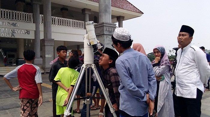 Masjid Raya Menyediakan 2 Teleskop untuk Memantau Gerhana Matahari Cincin yang Disambut Antusias