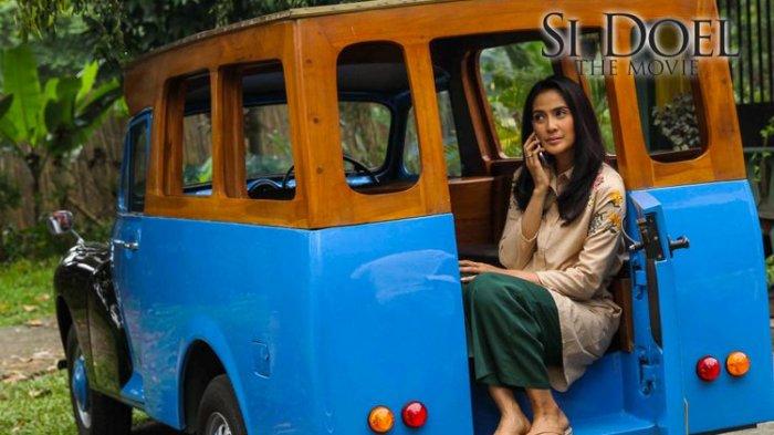 Maudy Koesnaedi saat memerankan Siti Zaenab di Si Doel The Movie. Maudy berakting dalam angkot didepan rumah peninggalan Babe yang dibangun Rano Karno.